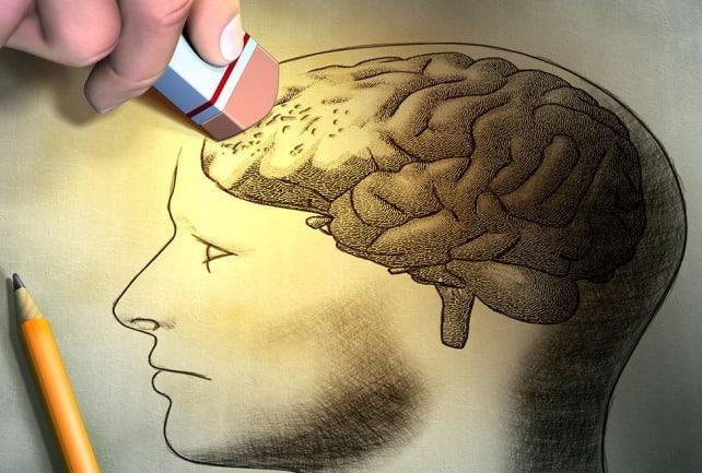 persona borrando recuerdos