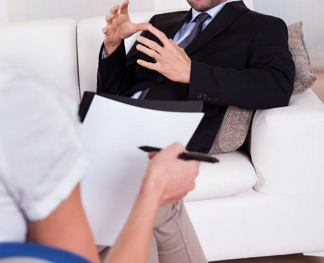 hombre en terapia psicologica